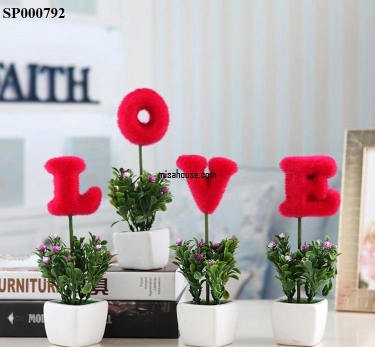 Bình hoa tạo chữ đẹp cũng có thể tạo nên sự khác biệt cho quán cafe của bạn