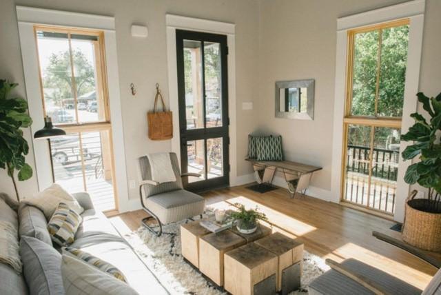 Không gian phòng khách thoáng đãng với cửa nhiều cửa kính góp phần đón nắng gió rất tốt