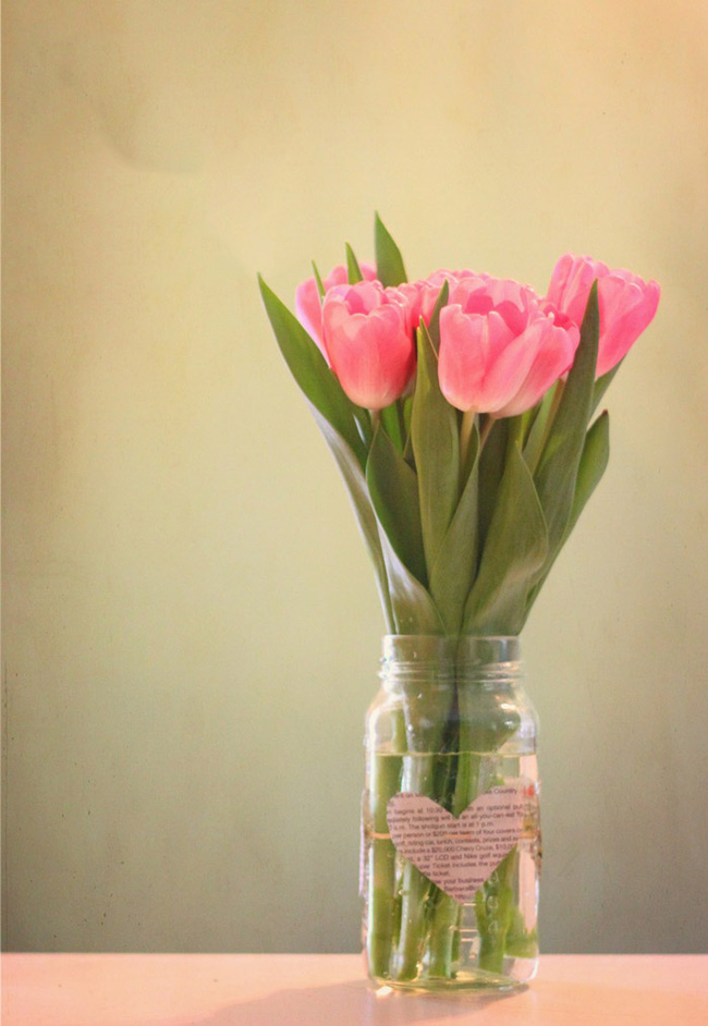 Hoặc cắt dán hình trái tim, hoa lá để dán vào lọ thủy tinh