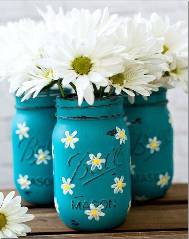 Màu mè hơn 1 chút là sử dụng sơn màu để sơn lọ thủy tinh. Kết hợp với đó là vẽ vời hoa lên lọ. Đẹp và thật khác biệt phải không nào?
