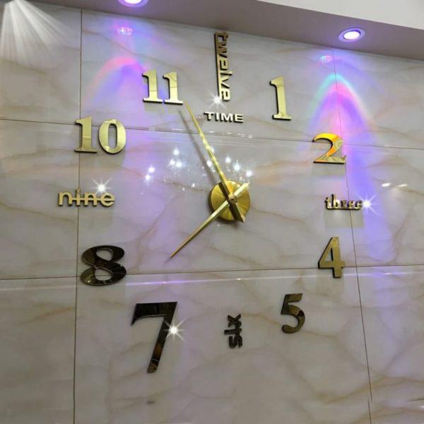 Đồng hồ dán tường size lớn trang trí nhà quán cafe khách sạn màu vàng siêu đẹp hình thực tế