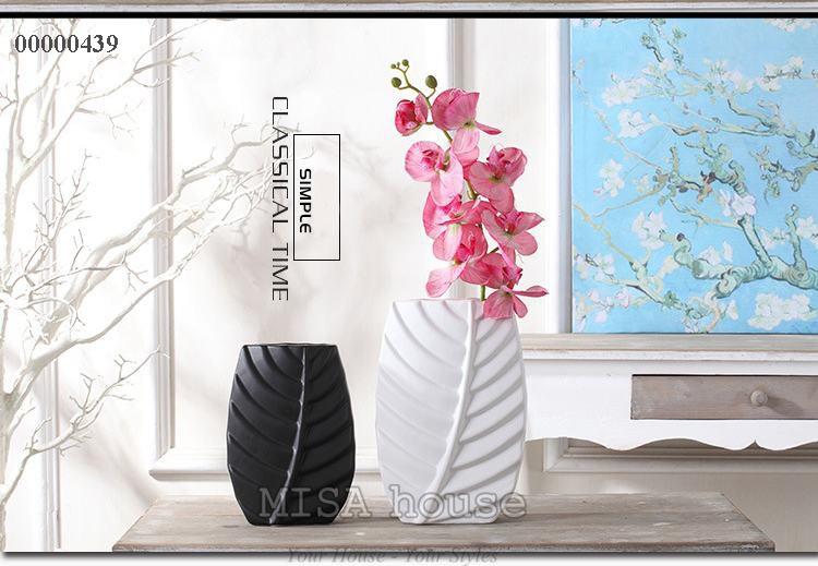 thêm 1 sự kết hợp giữa gốm sứ hiện đại và hoa đào để trang trí phòng khách