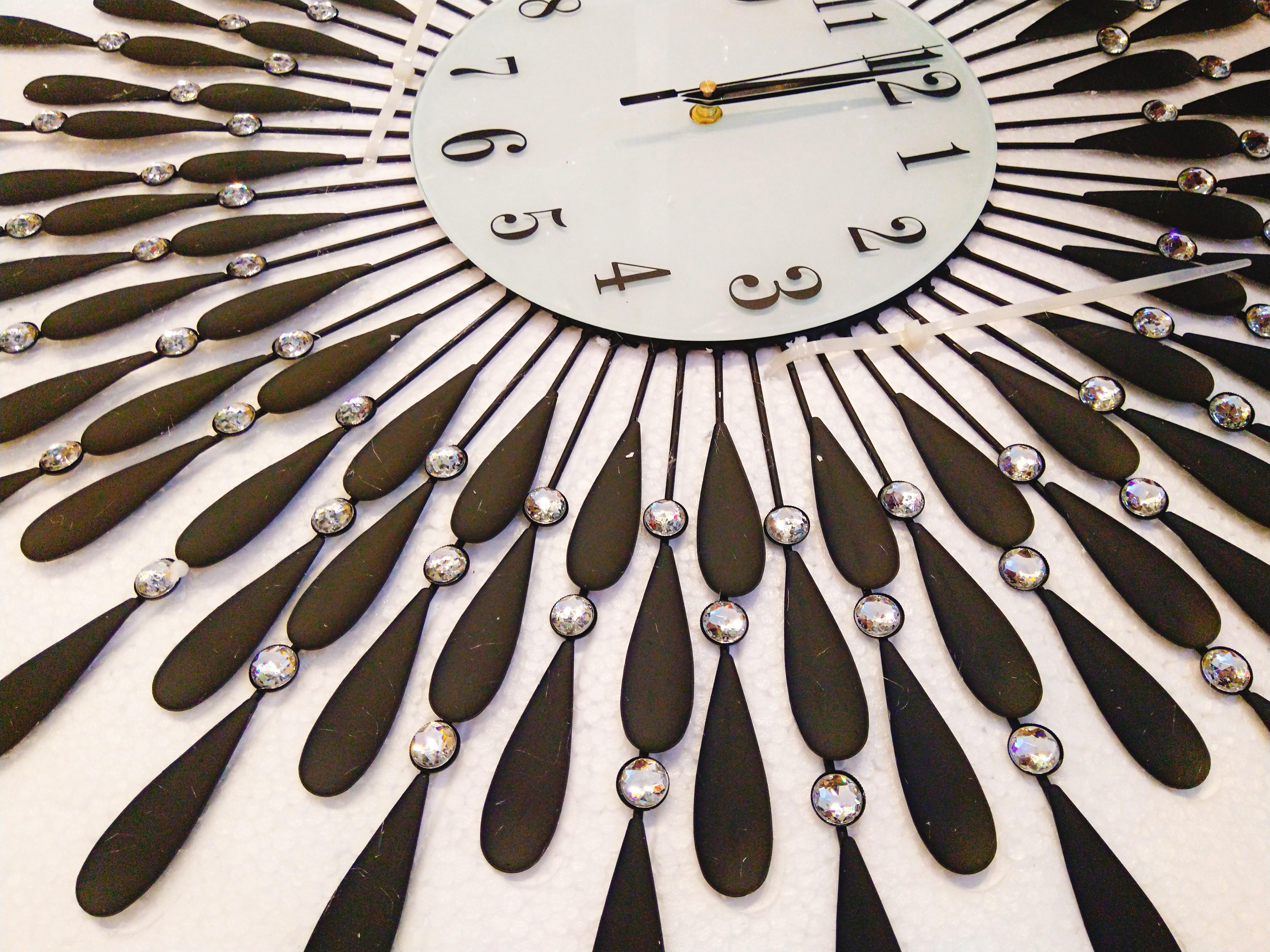 Hình thật chụp cận của đồng hồ treo tường giọt nước màu đen size lớn 70cm trang trí - hình đồng hồ trong hộp