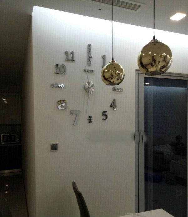 Đồng hồ mica dán tường số cách điệu size lớn 1m – 1.2m màu bạc phản quang, đẹp, sang trọng