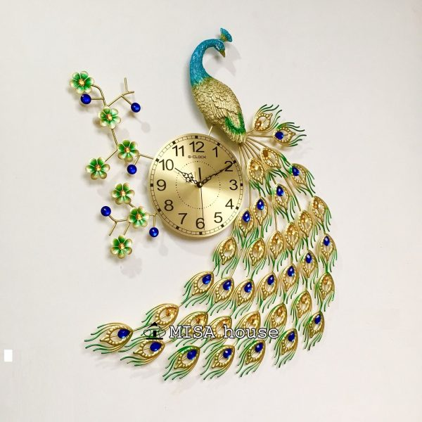Hình thật chụp cận cảnh mẫu đồng hồ treo tường hình chim công đẹp màu vàng trang trí phòng khách quà tặng tân gia ý nghĩa cao cấp
