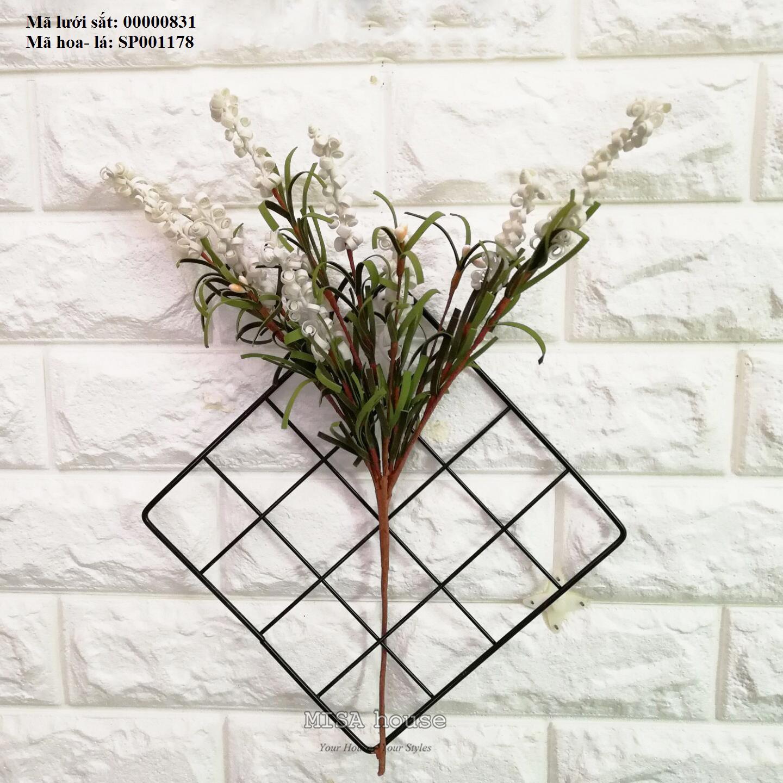 Lưới sắt kèm hoa xốp xoắn màu trắng treo tường trang trí nhà, quán cafe, cửa hàng đẹp độc đáo