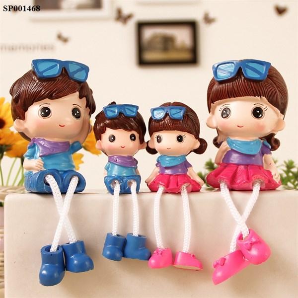 Bộ 4 tượng gia đình 4 người chân rũ để bàn trang trí tủ kệ dễ thương hình gia đình đeo mắt kính xanh hồng