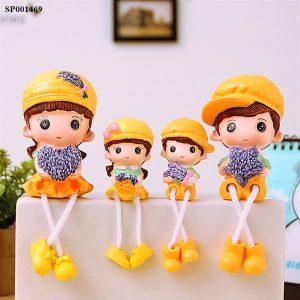 Bộ 4 tượng gia đình 4 người chân rũ để bàn trang trí tủ kệ siêu xinh màu vàng hoa oải hương