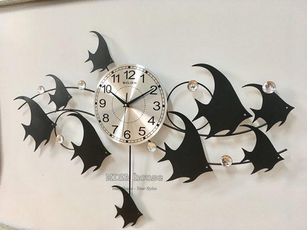 Hình thật góc chụp nghiêng của đồng hồ treo tường cao cấp hình đàn cá bơi màu đen siêu đẹp – đồng hồ nghệ thuật hiện đại kim trôi loại 1