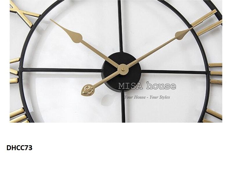 Cận cảnh của đồng hồ treo tường đẹp hình số la mã màu vàng