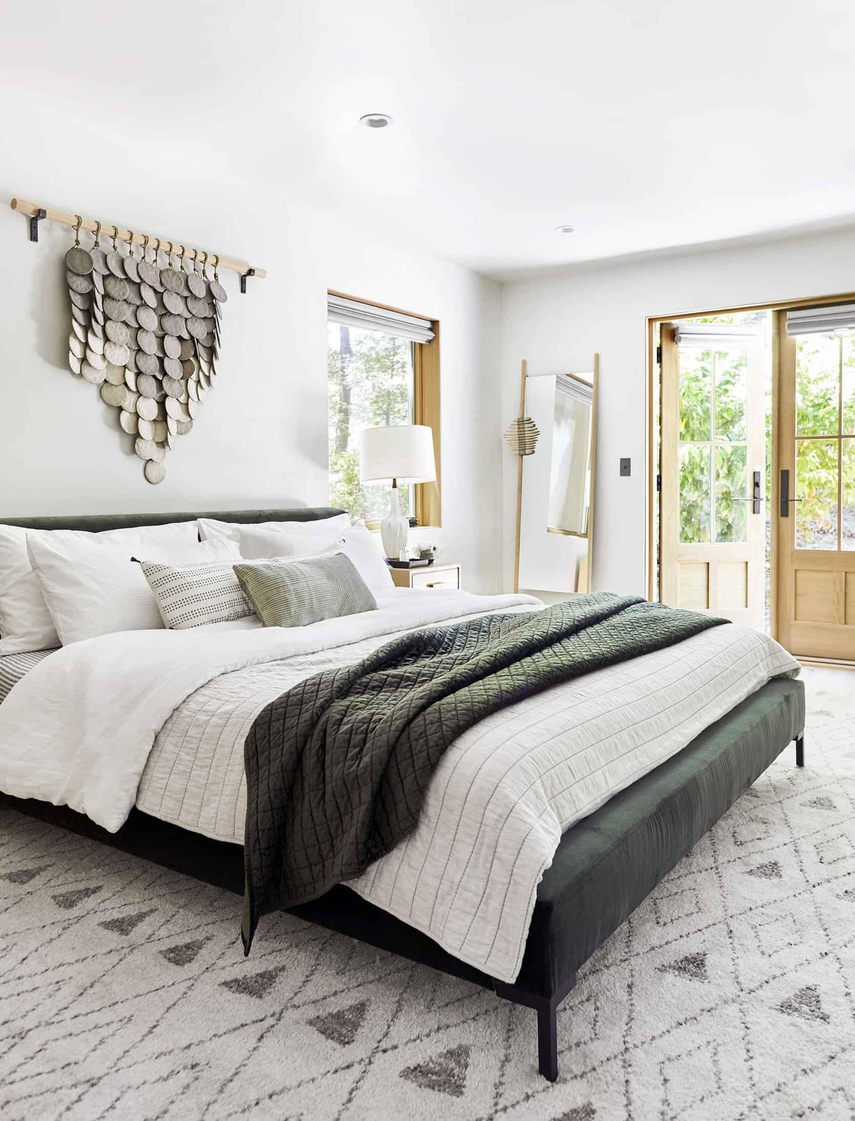 Phòng ngủ với tông màu đơn giản sắc trắng xám đan xen hài hòa cùng với màu gỗ tự nhiên tươi sáng