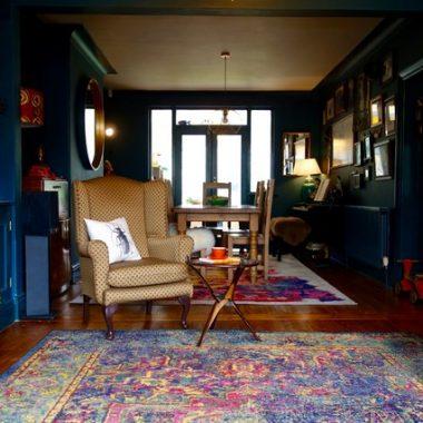 Căn nhà được cải tạo thiết kế lại siêu đẹp với màu sơn xanh đậm phong cách Retro cổ điển