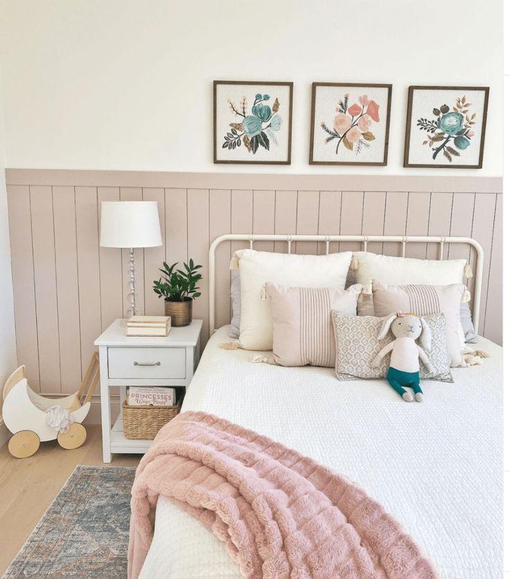 Mẫu phòng ngủ màu trắng kết hợp màu hồng nhạt thiết kế đẹp dễ thương cho bạn nữ