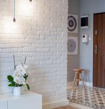 Trang trí tường phòng ngủ bằng ảnh, giấy xốp và decal dán tường